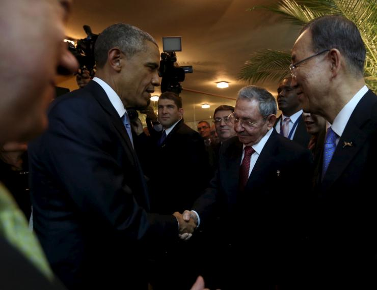 IN PHOTO: U.S. President Barack Obama (L) and his Cuban counterpart Raul Castro shake hands as U.N. Secretary General Ban Ki-moon (R) looks on, before the inauguration of the VII Summit of the Americas in Panama City April 10, 2015.   REUTERS/Panama Presidency/Handout via Reuters
