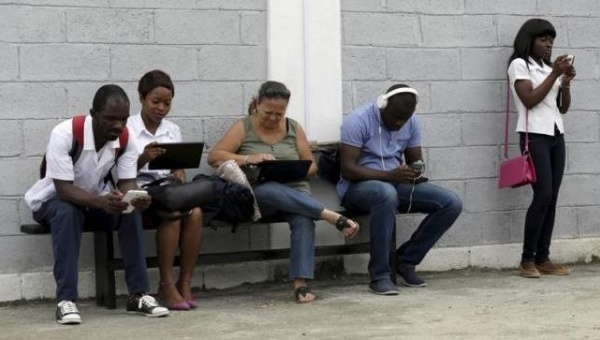 Young people use the internet via the free wifi at the studio of Cuban artist Alexis Leyva ''Kcho'' in Havana March 24, 2015. | Photo: Reuters