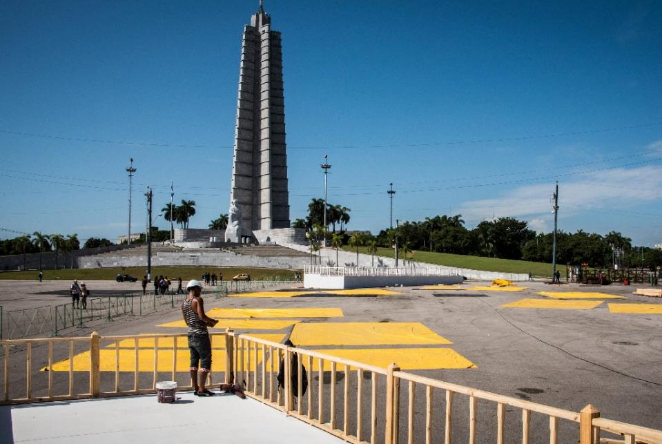 Cuban workers prepare the altar where Pope Francis will give a mass next September at the Revolution Square in Havana, on August 3, 2015 (AFP Photo/Adalberto Roque)