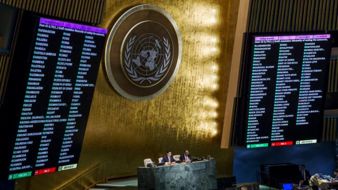 Voting results are shown on boards following a United Nations General Assembly vote to address the economic, commercial and financial embargo imposed by the U.S. against Cuba at the United Nations headquarters in New York, October 27, 2015. REUTERS/Lucas Jackson       TPX IMAGES OF THE DAY
